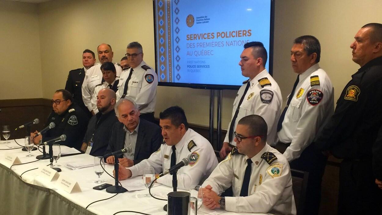 Plusieurs représentants de corps policiers autochtones ont tenu une conférence de presse hier
