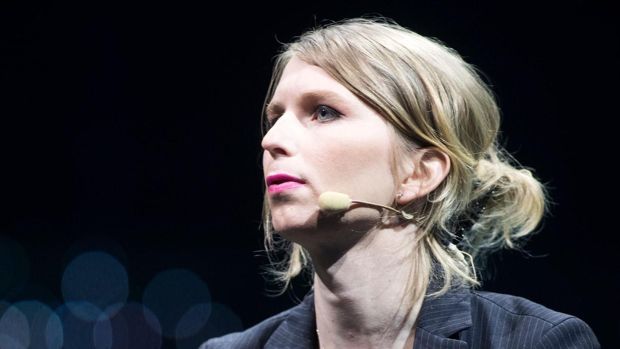 Gros plan sur le visage de Chelsea Mannning, qui porte un micro pour l'occasion.