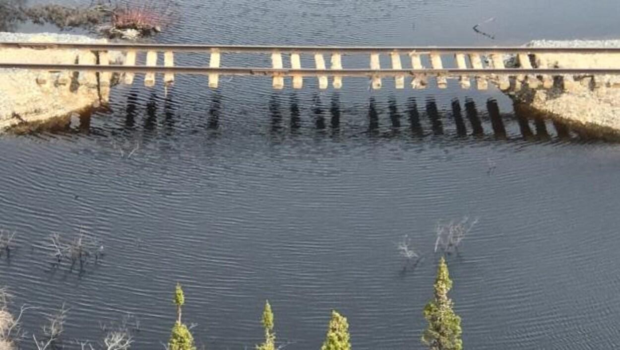 Un pont de chemin de fer partiellement détruit dans le nord du Manitoba.
