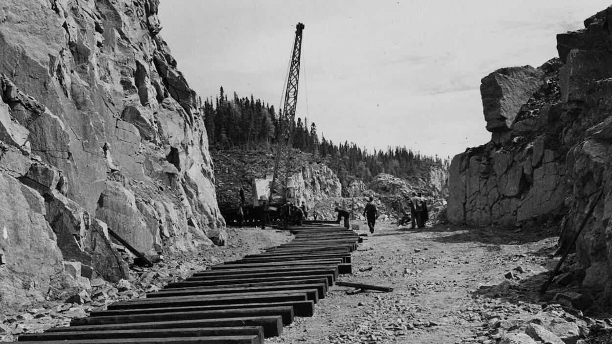 Des ouvriers travaillent à la construction du chemin de fer à Sept-Îles.