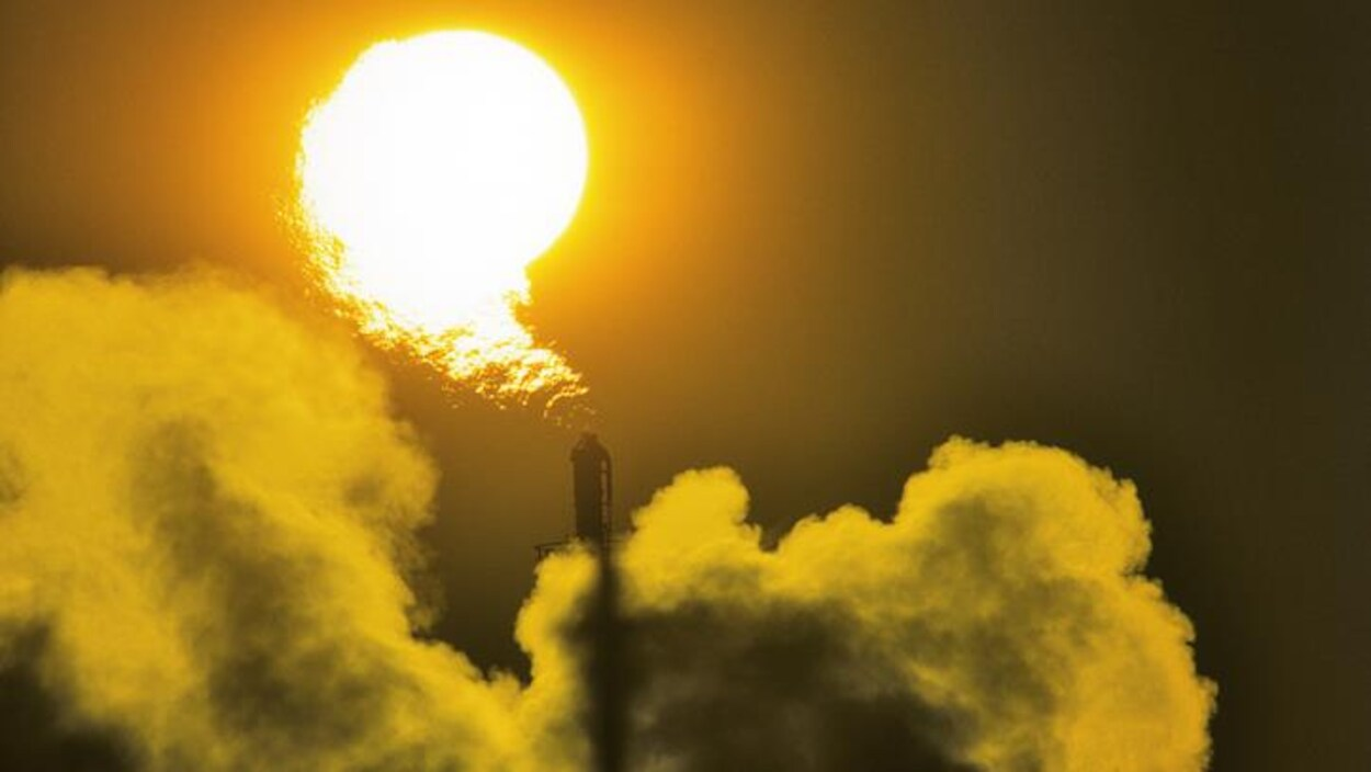 La cheminée d'une industrie pétrolière à Edmonton, en Alberta.