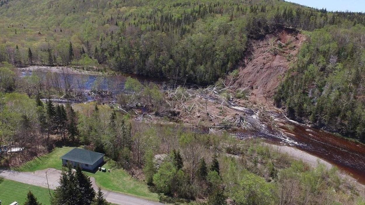 Personne n'a été blessé dans ce glissement de terrain, qui s'est produit près de l'entrée du Parc national des Hautes-Terres-du-Cap-Breton, à Chéticamp.