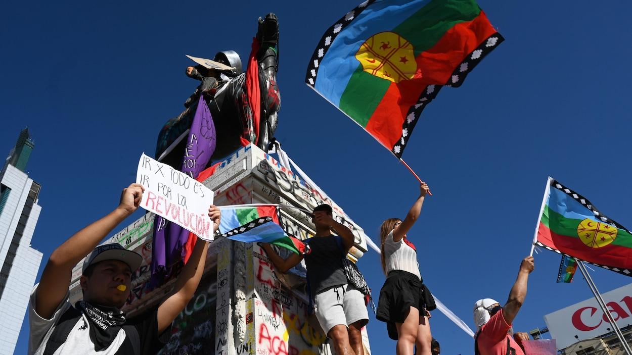Des manifestants brandissent des drapeaux des Mapuches lors du mouvement de contestation sociale en novembre 2019 à Santiago.