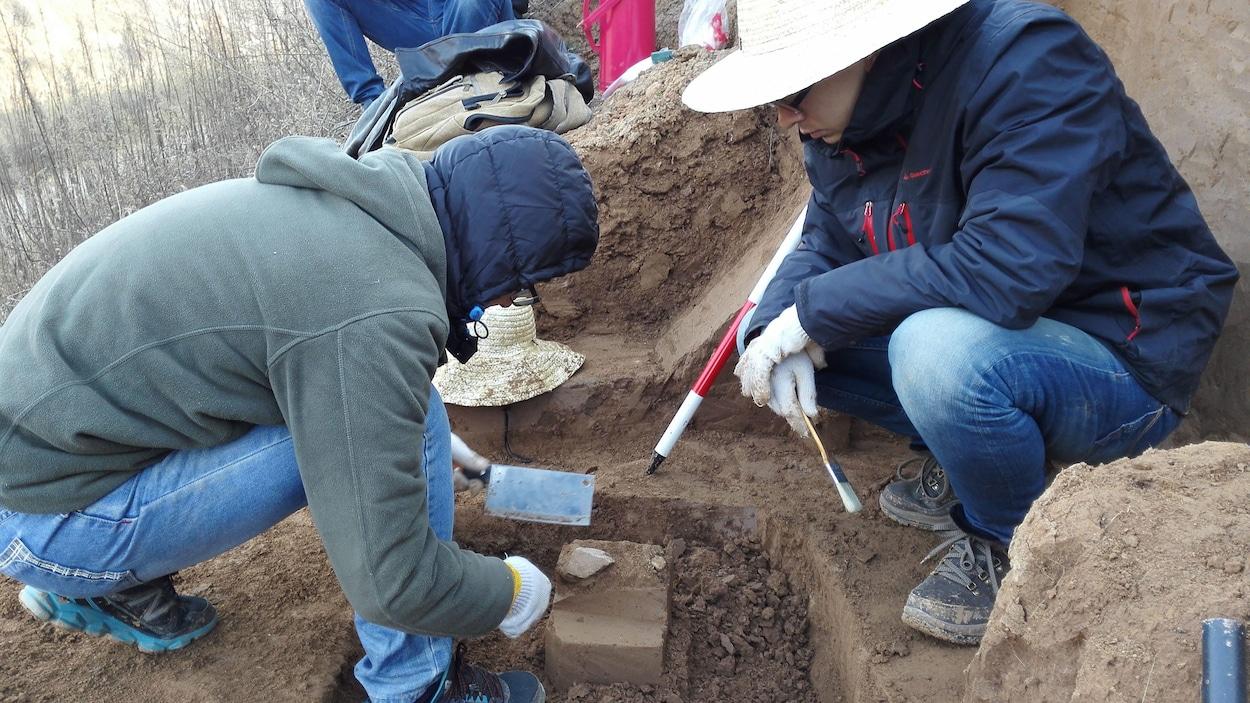 Des archéologues examinent une pointe de quartzite découverte dans le sud du plateau de Loess en Chine. La pièce a plus de 2 millions d'années.