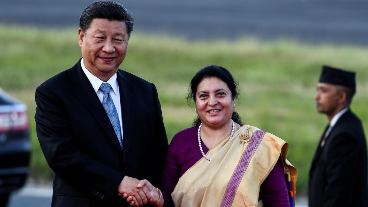 Bidhya Devi Bhandari et Xi Jinping se serrent la main.