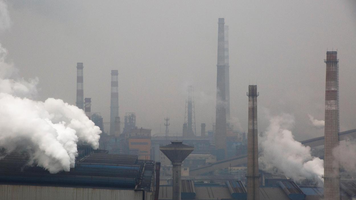 De la fumée s'élève d'une fonderie d'acier en Chine.