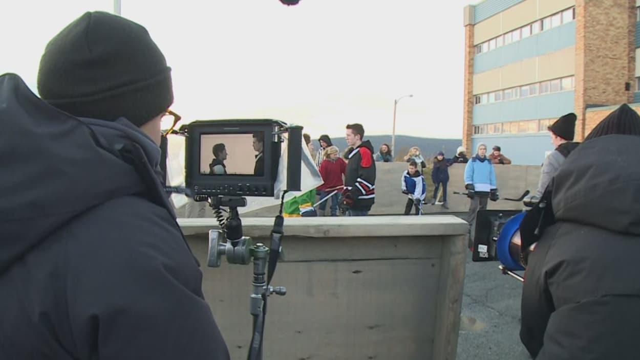 Chloé Robichaud regarde un écran de caméra durant un tournage