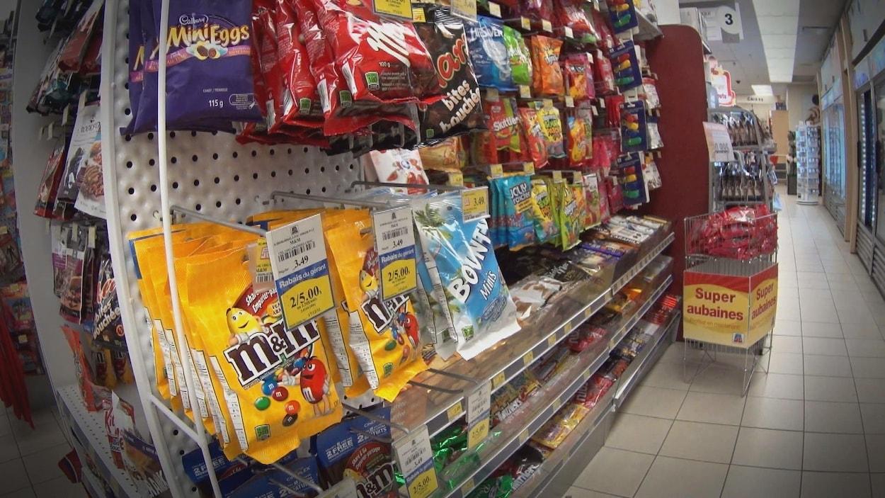 On voit des chocolats et des friandises vendus en pharmacie.
