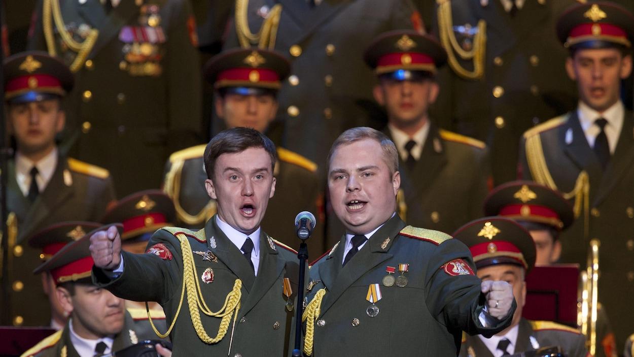 Des membres de l'Ensemble Alexandrov, des Choeurs de l'Armée rouge, sur scène jeudi à Moscou