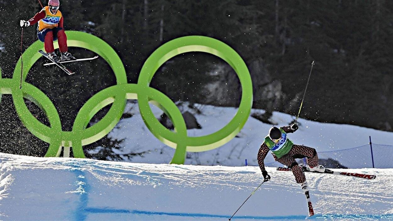 Chris Del Bosco (droite) chute après avoir tenté un dépassement aux Jeux olympiques de Vancouver