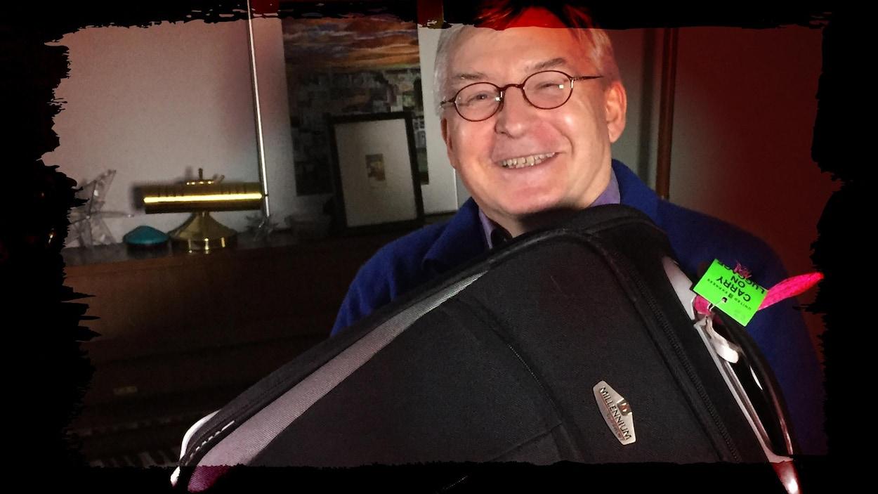 Christian Reyns montre la valise qu'il utilise quand il rentre dans don pays d'origine, la Belgique.