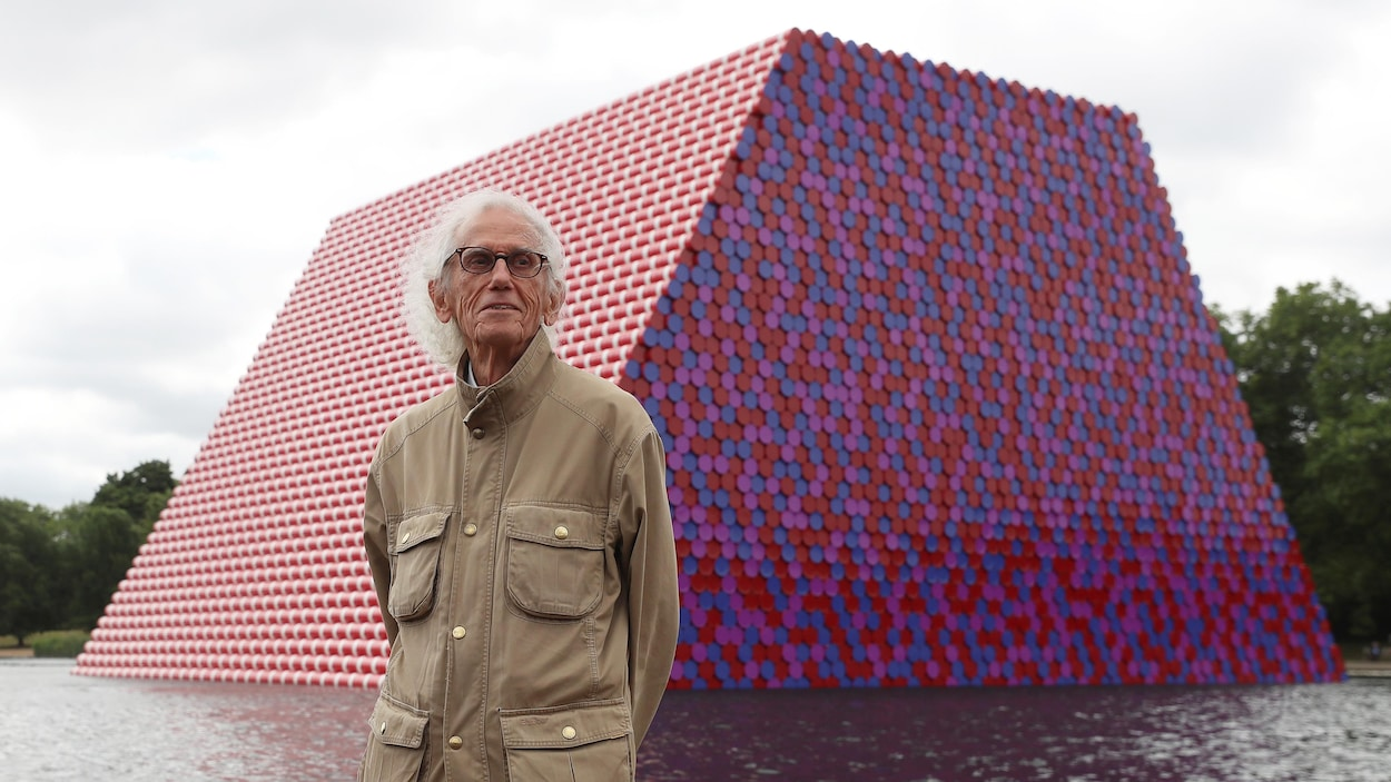 L'artiste Christo, 83 ans, prend la pose devant sa dernière oeuvre, un mastaba de 7500 bidons, installé tout l'été dans Hyde Park à Londres.