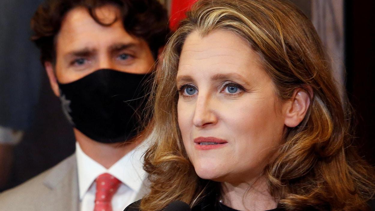 Mme Freeland en point de presse aux côtés de Justin Trudeau.