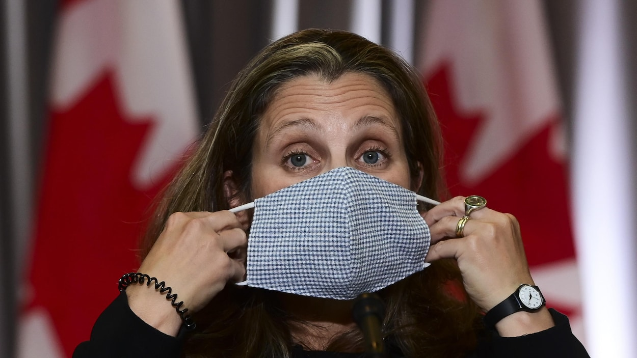 Chrystia Freeland retire son masque.