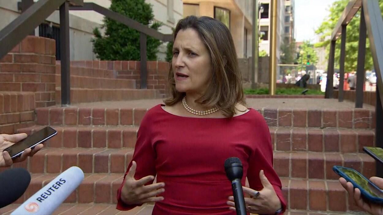 Chrystia Freeland répond aux questions des journalistes à Washington