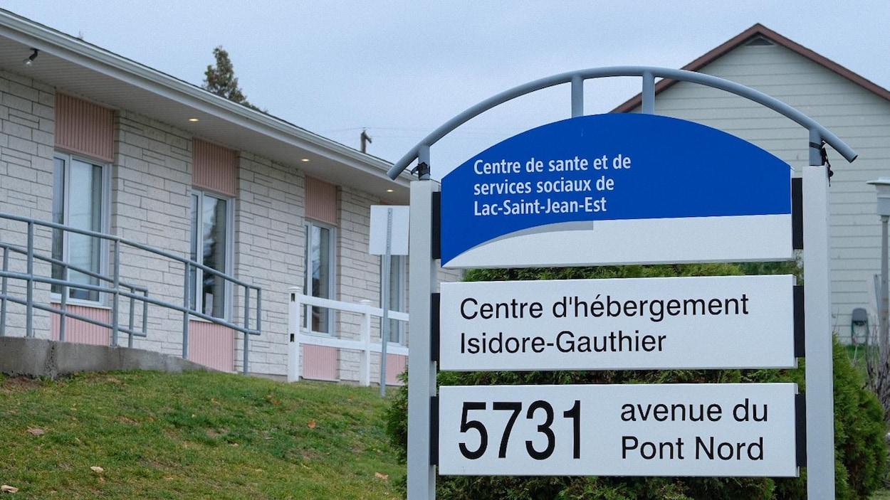 La pancarte à l'avant du CHSLD Isidore-Gauthier.