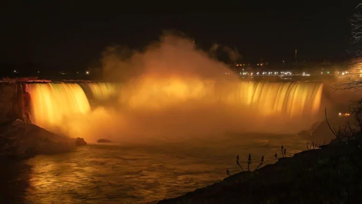Les chutes Niagara, illuminées en jaune.