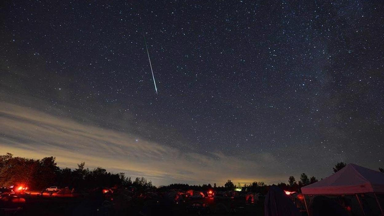 Une pluie de météores des Perséides sur Starfest, une fête des étoiles qui se tient chaque année en août dans le sud-ouest de l'Ontario.