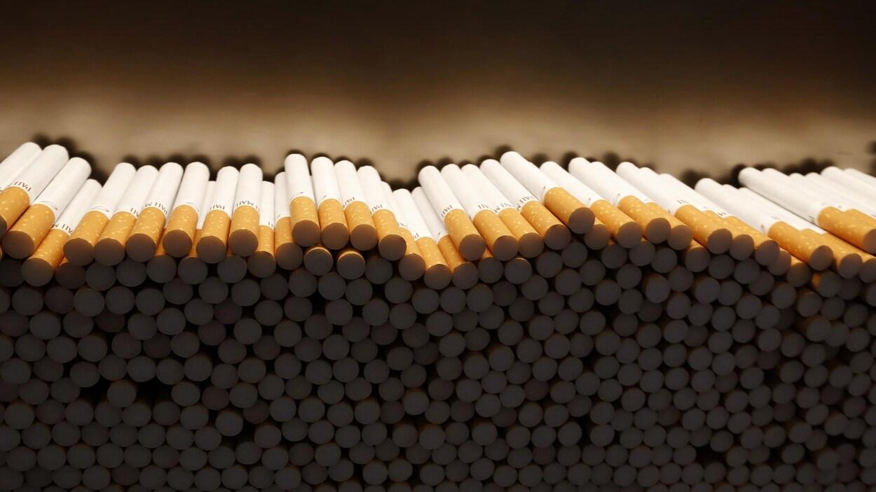 Des cigarettes empilées