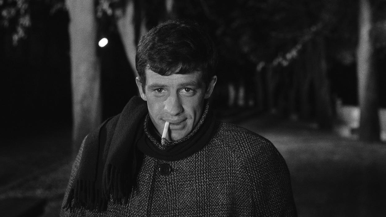 Jean-Paul Belmondo, une cigarette à la bouche, dans le film   Moderato Cantabile  (1960), de Peter Brook