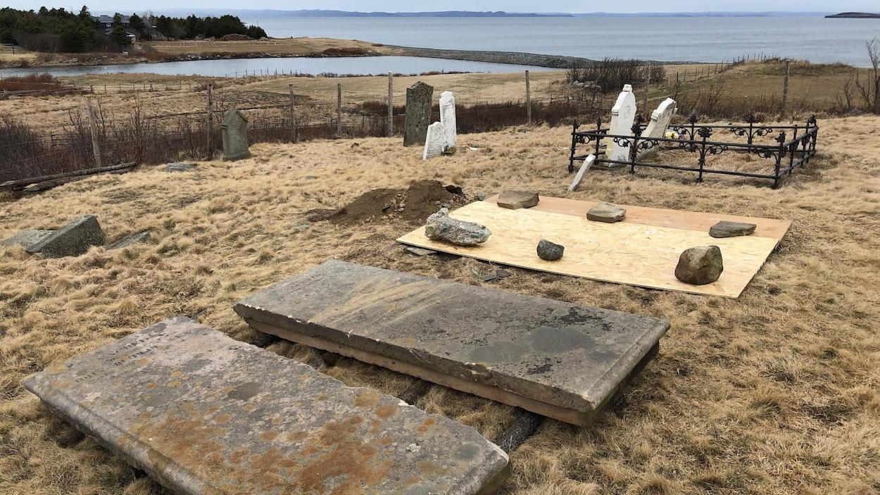 Photo non datée de pierres tombales au cimetière All Saints de Conception Bay South, à Terre-Neuve-et-Labrador.