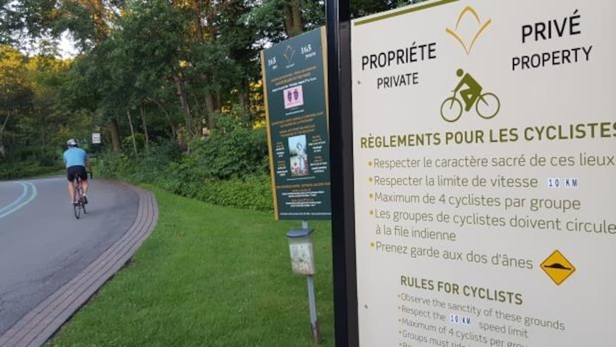 Affiche au cimetière du Mont-Royal indiquant les règles à suivre pour les cyclistes.