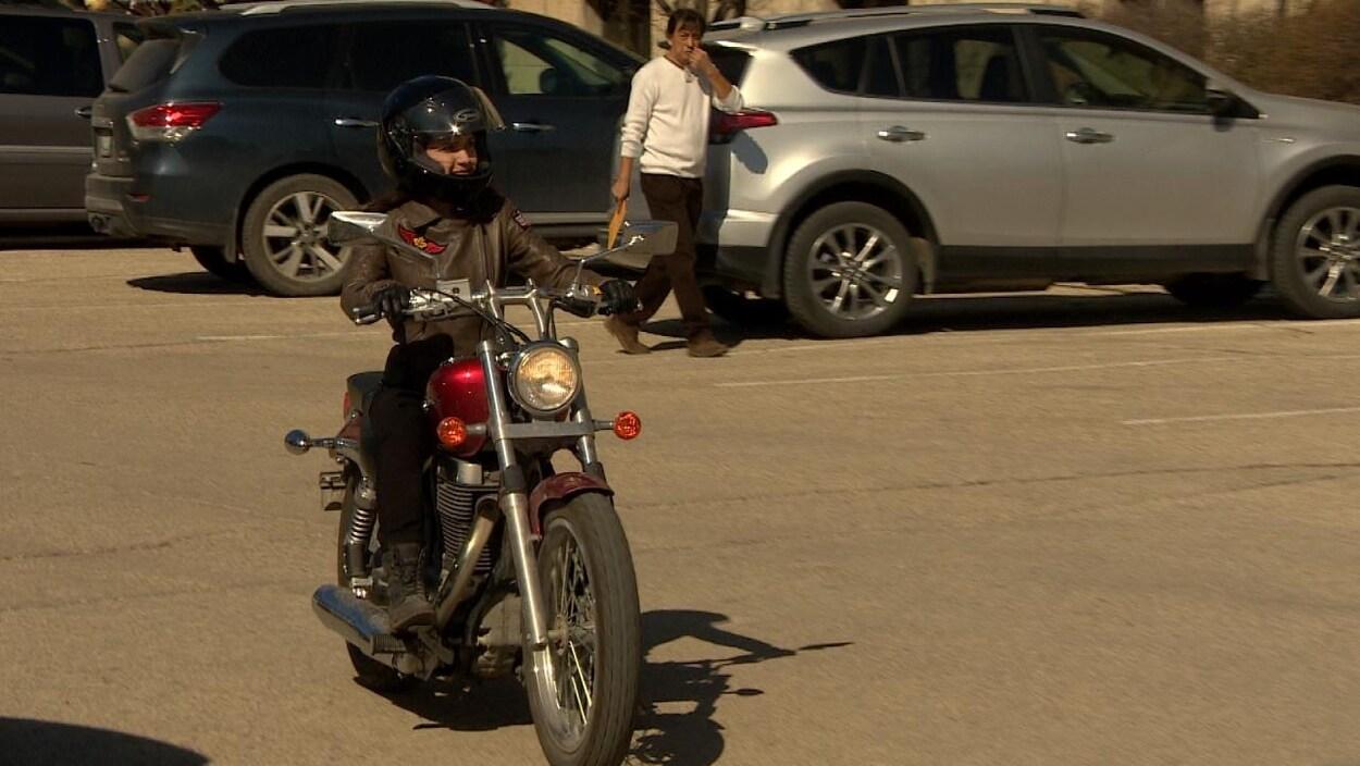 Cindy Lamoureux à motocyclette