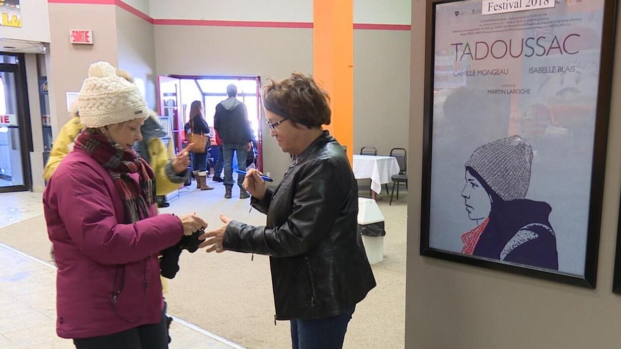 Un cinéphile entre dans une salle de cinéma