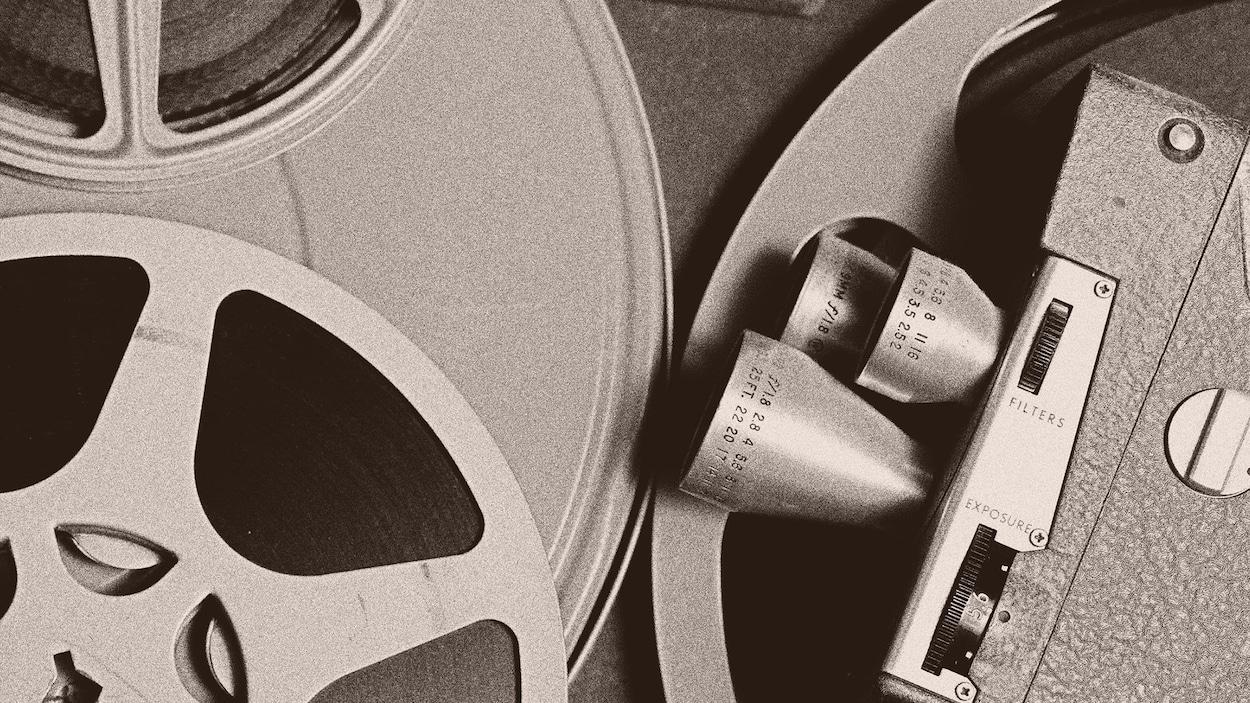 Une image générique d'une ancienne caméra vidéo et de la pellicule.