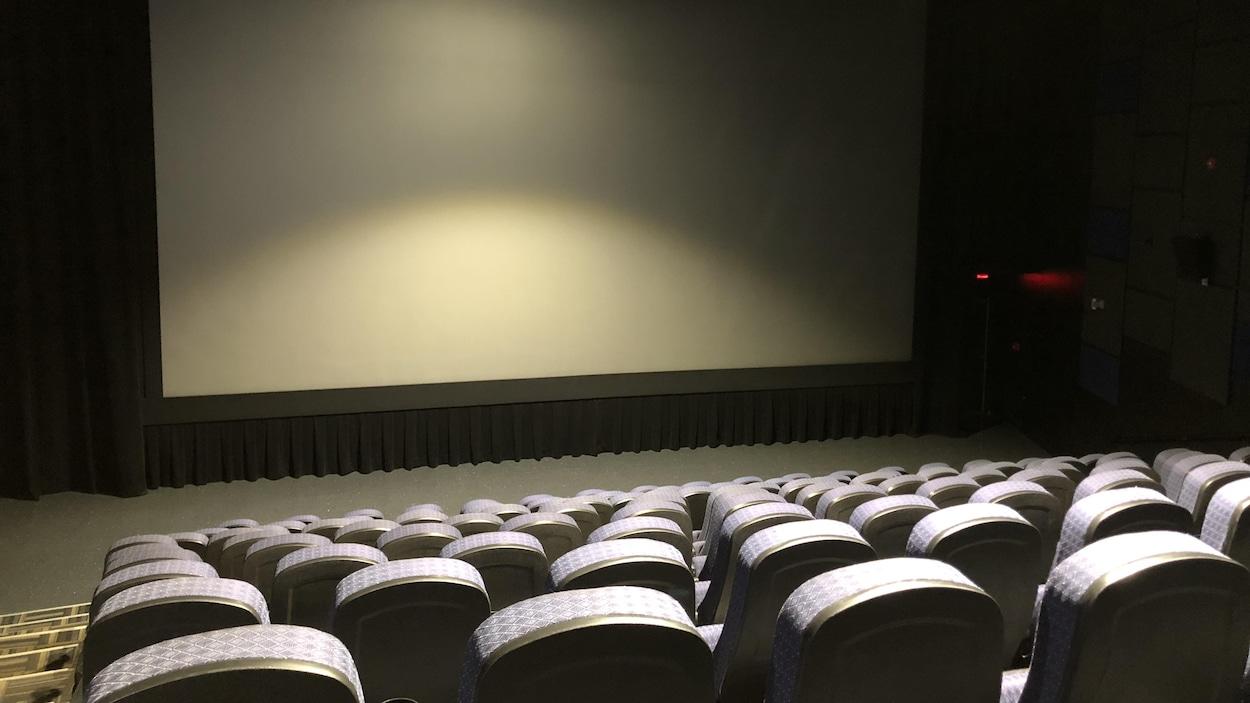 Une salle de cinéma sans spectateur.