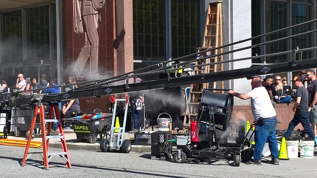 Une équipe de cinéma tourne un film sous le soleil.