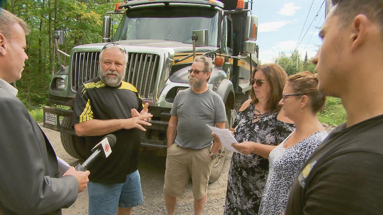 Des citoyens de Sainte-Brigitte-de-Laval qui craignent de devoir déménager pour la création d'un parc technologique discutent avec le conseiller municipal, Jean Giroux