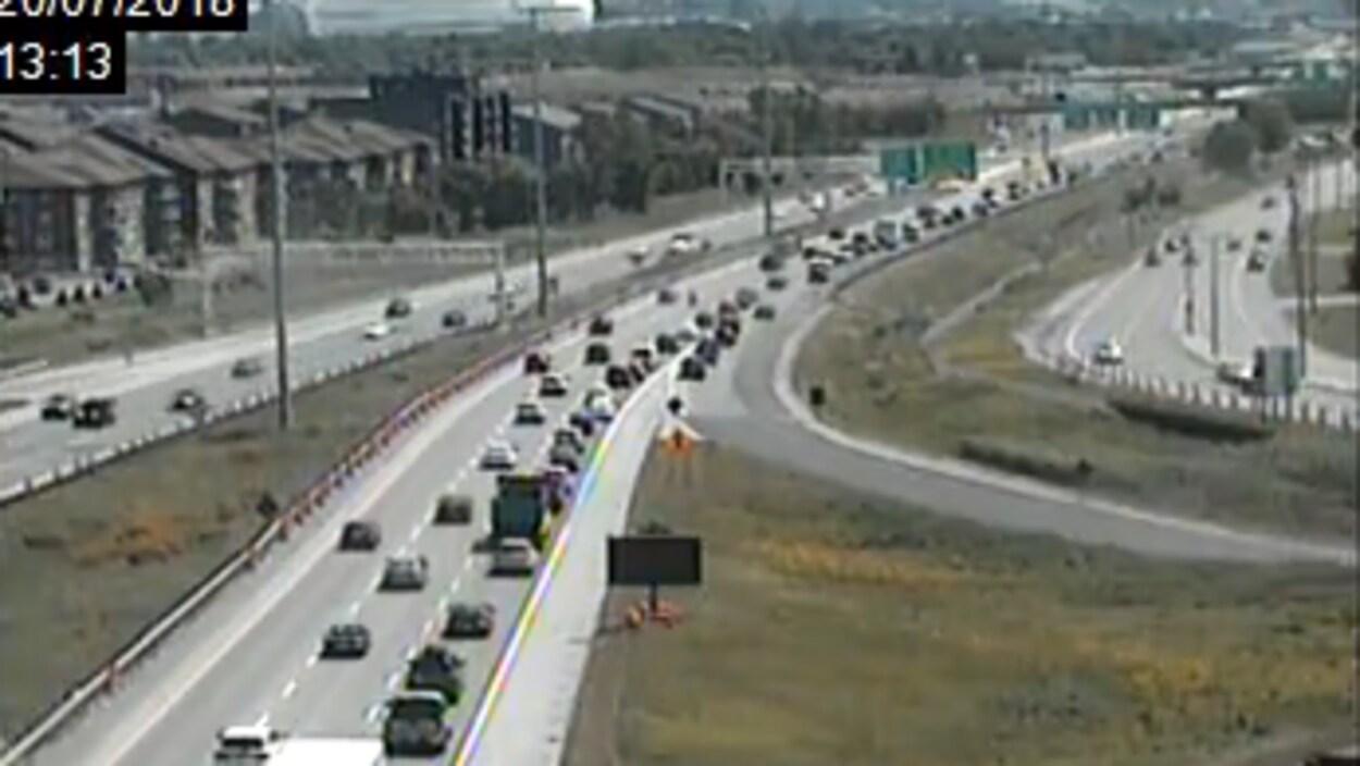 La circulation est dense sur l'autoroute Laurentienne.