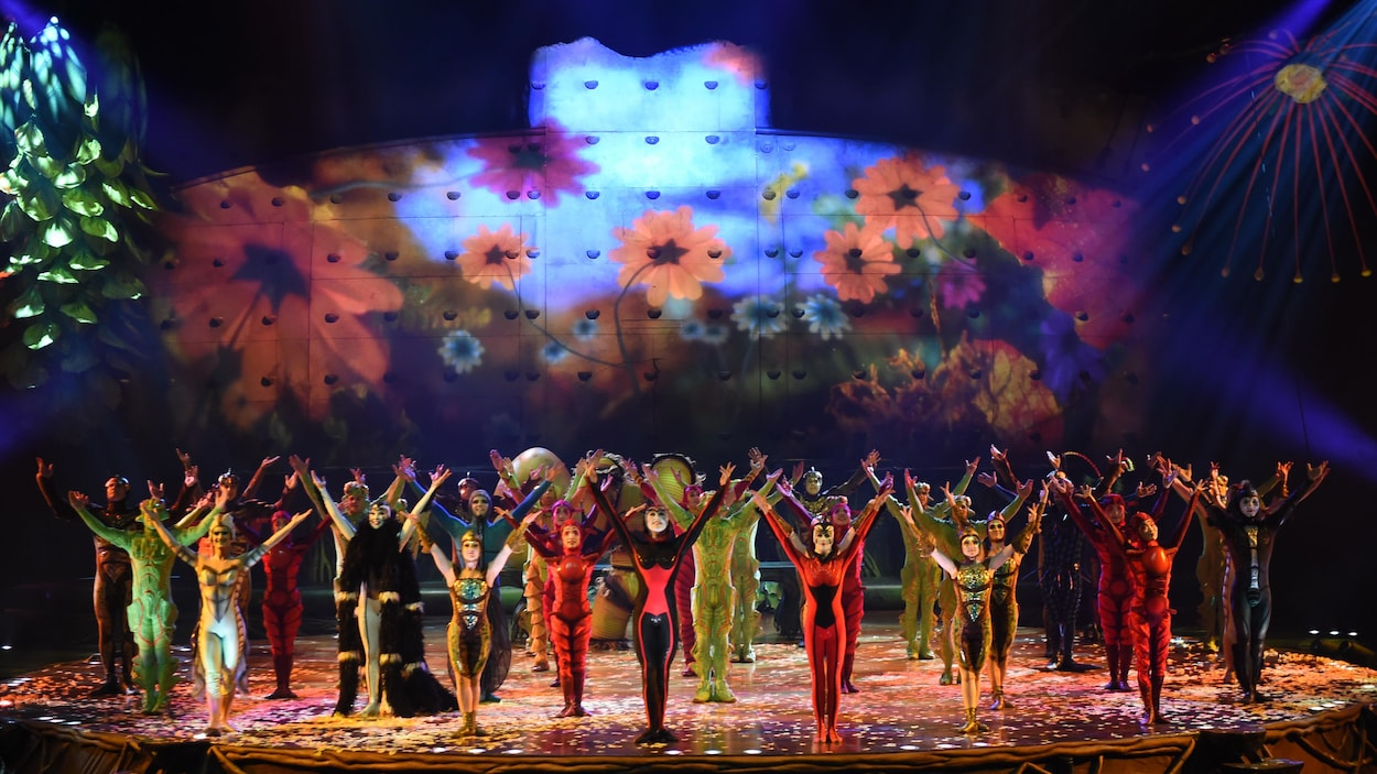 Les artistes de cirque saluent le public.