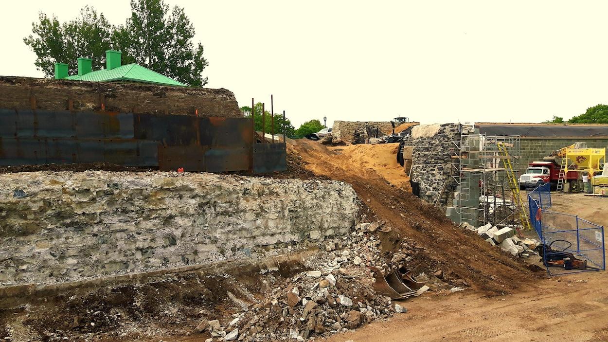 Le chantier de restauration de la Citadelle de Québec où des murs de pierres sont en reconstruction.