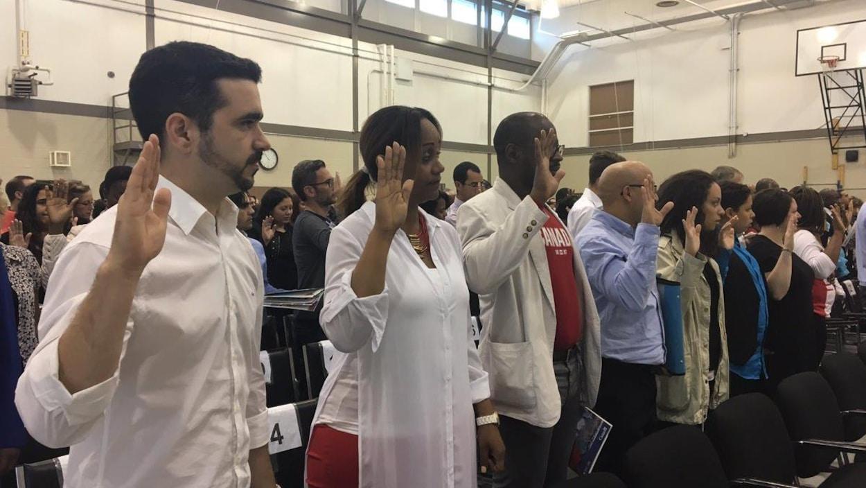 En levant la main droite, 150 personnes sont devenues citoyens canadiens le 1er juillet à Trois-Rivières.
