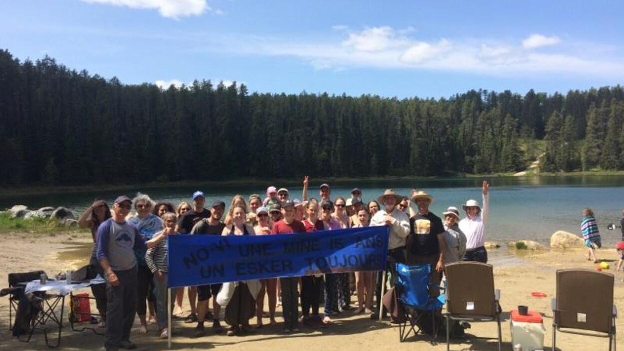 Des citoyens préoccupés par le projet minier Authier de Sayona Québec à La Motte se sont réunis pour un pique-nique familial au Lac des Grèves.