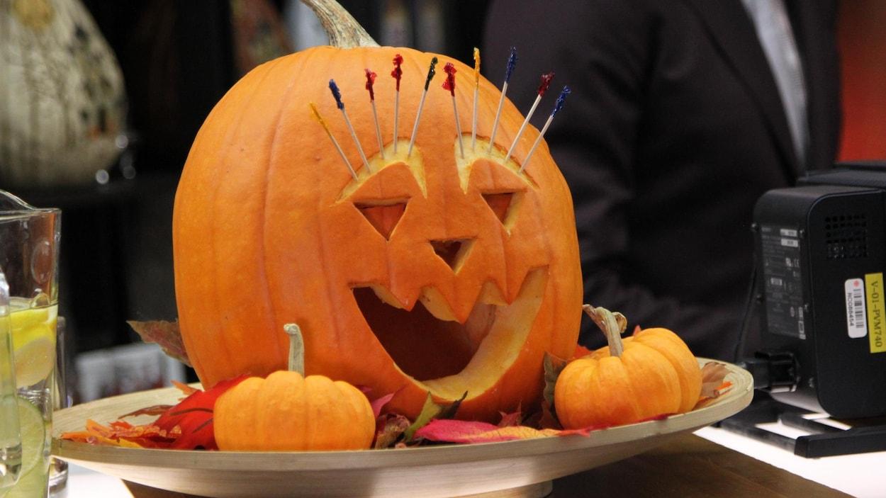 Une citrouille décorée pour l'Halloween.