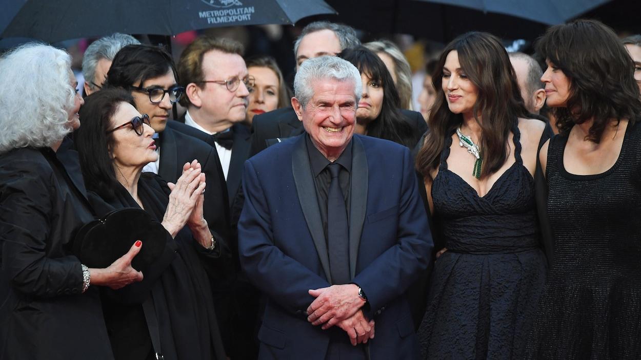 De gauche à droite, en avant-plan, les actrices Martine Lelouch et Anouk Aimée, le réalisateur Claude Lelouch, et les actrices Monica Bellucci et Marianne Denicourt, sur le tapis rouge au Festival de Cannes.