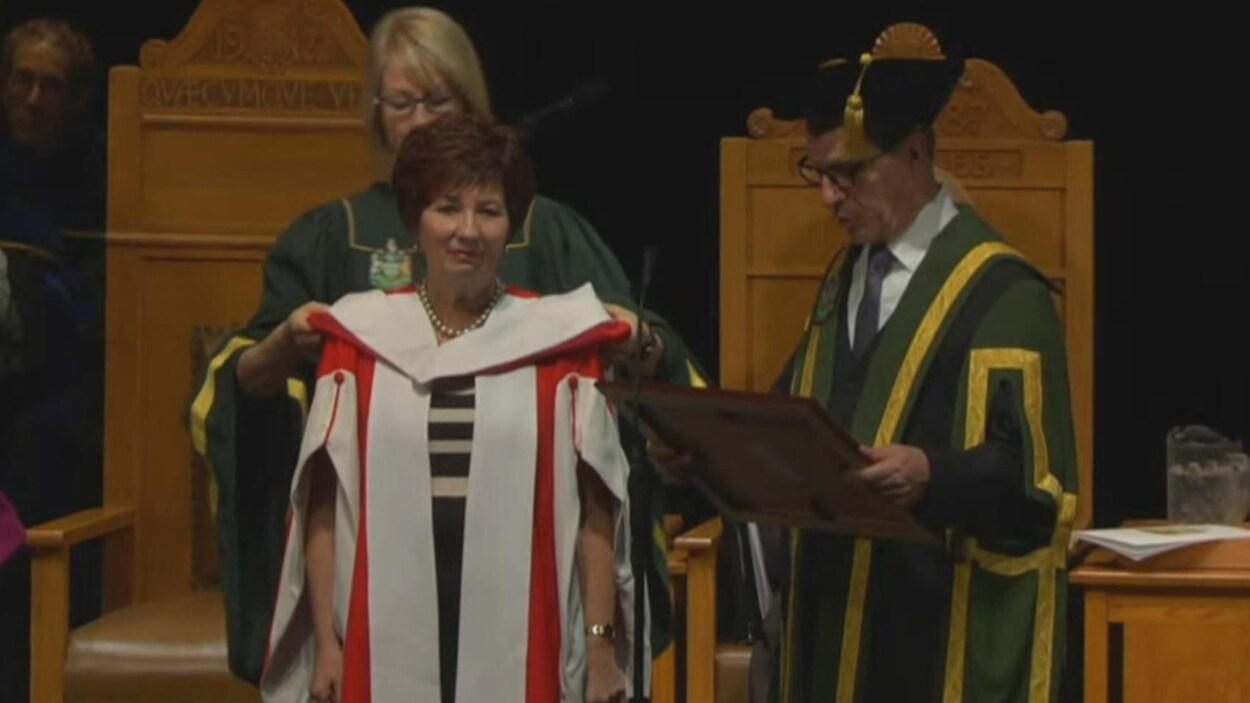 Claudette tardif reçoit la distinction du diplôme honorifique.