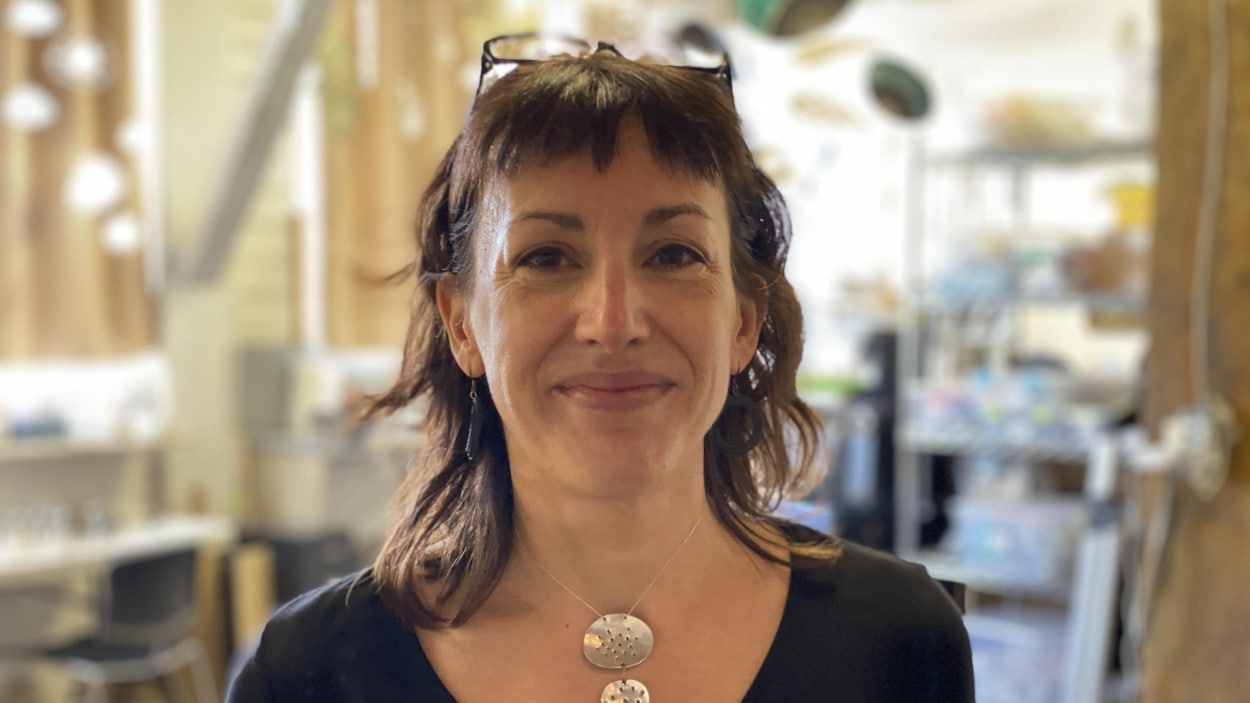 Photographie de Claudine Gévry face à la caméra dans son atelier de Vancouver.