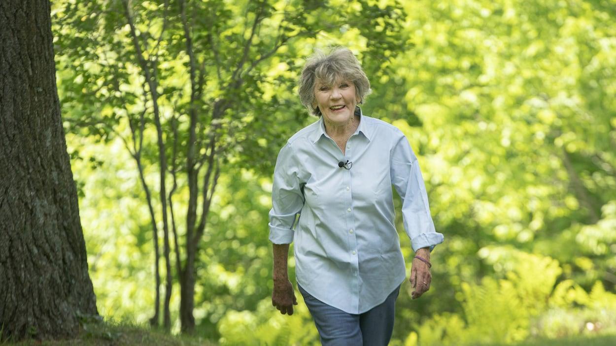 Clémence DesRochers marche dans un boisé de sa résidence à Austin, en Estrie.