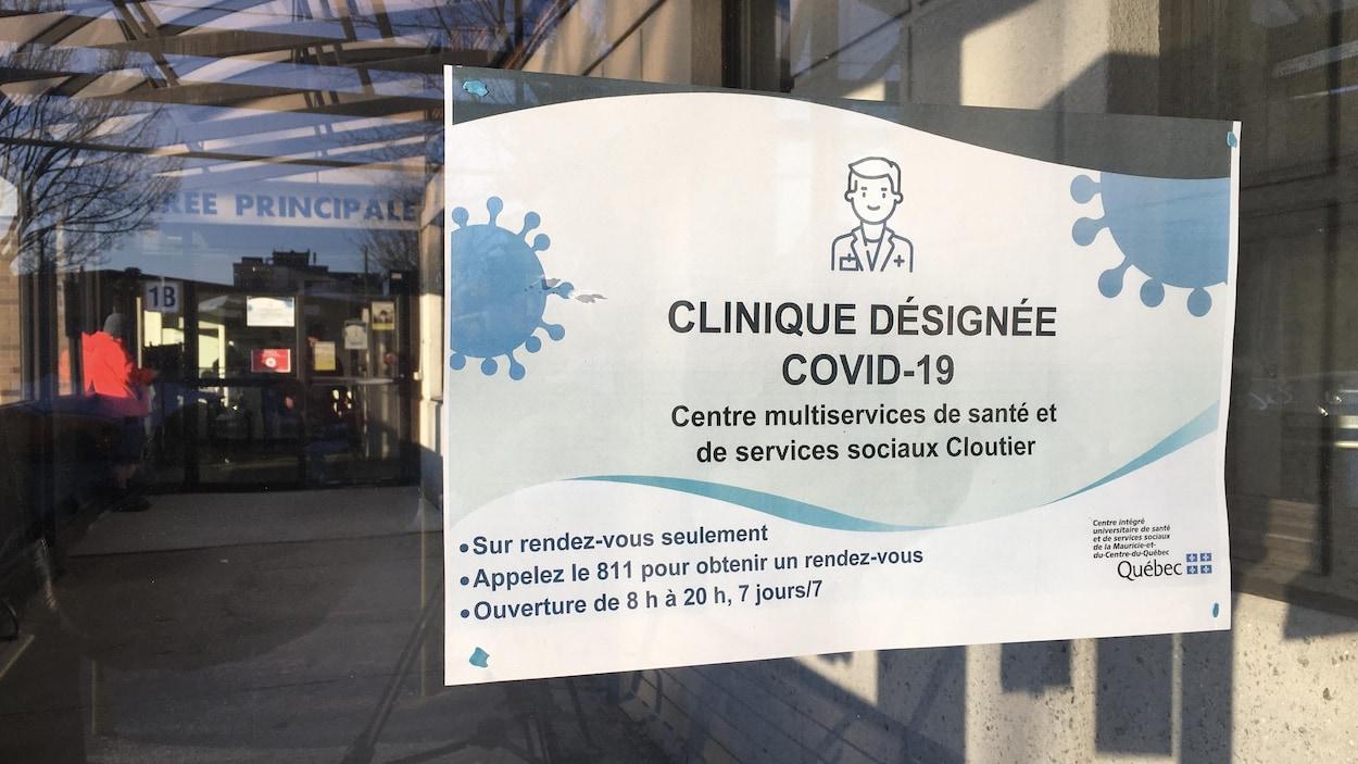 Une pancarte installée dans la vitre d'une clinique de santé.