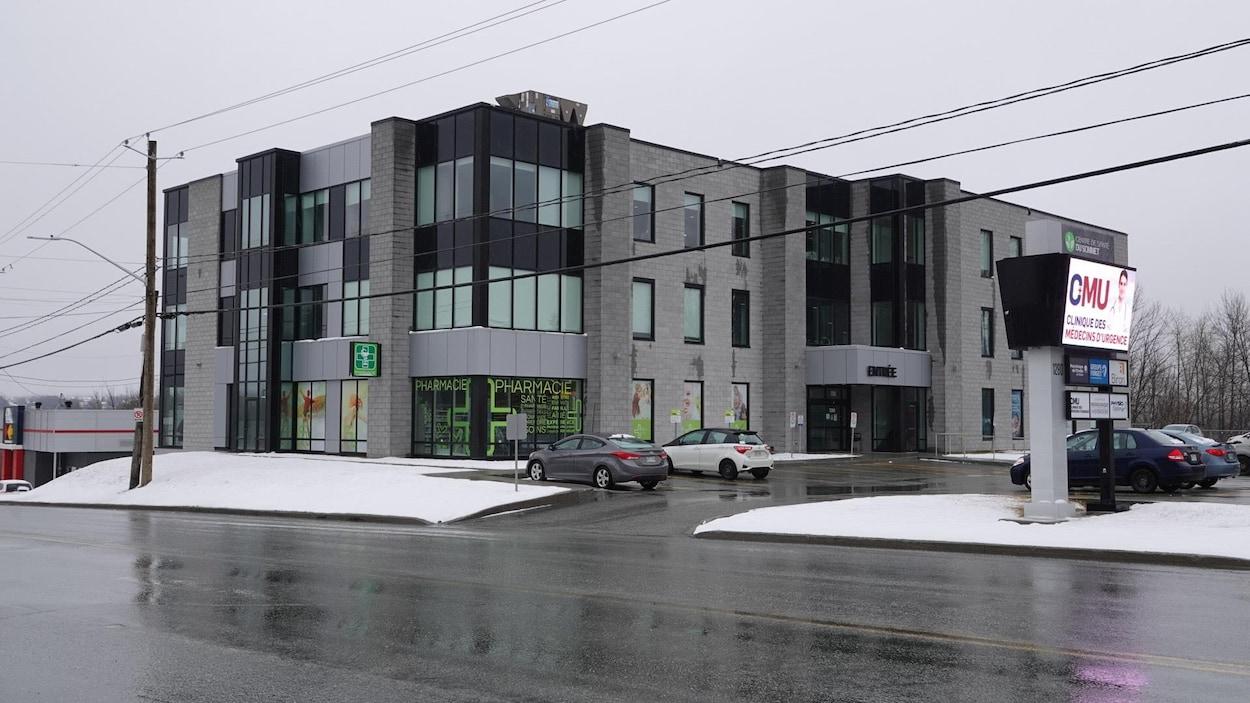 Un bâtiment situé au 1280 rue King Est qui accueille la clinique d'évaluation. Devant quelques voitures sont stationnés.