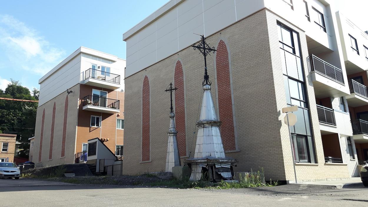 Le clocher et le clocheton de l'ancienne église Saint-Joseph sont laissés à l'abandon.