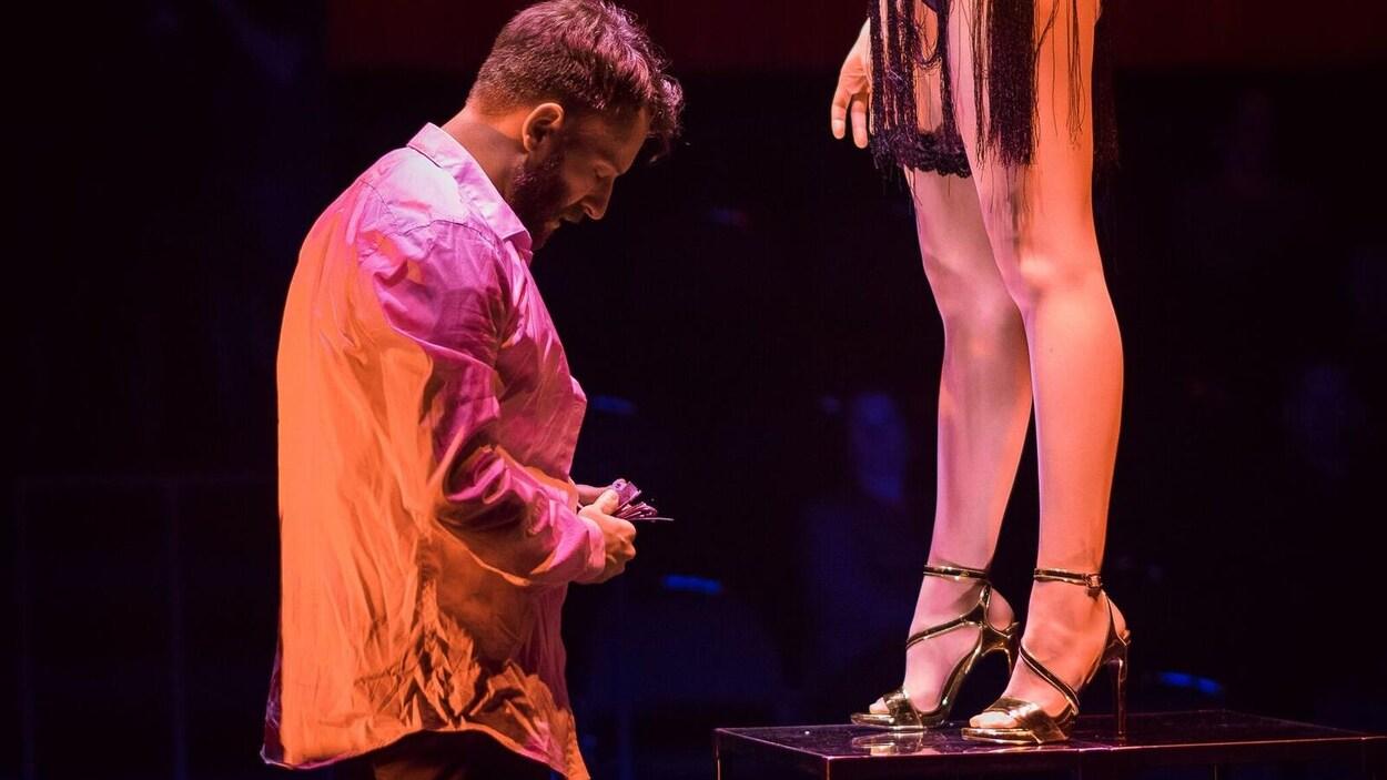 Le théâtre Périscope présente - Closer, tout contre toi - au Centre des Congrès de Québec. On y voit un homme qui sort son portefeuille devant une paire de jambes féminines. On ne voit pas le visage de la femme.