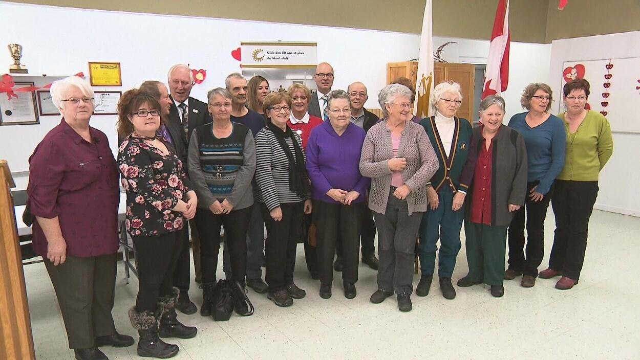 Des membres du Club des 50 ans et plus de Mont-Joli en compagnie du député d'Avignon-La Mitis-Matane-Matapédia, Rémi Massé.