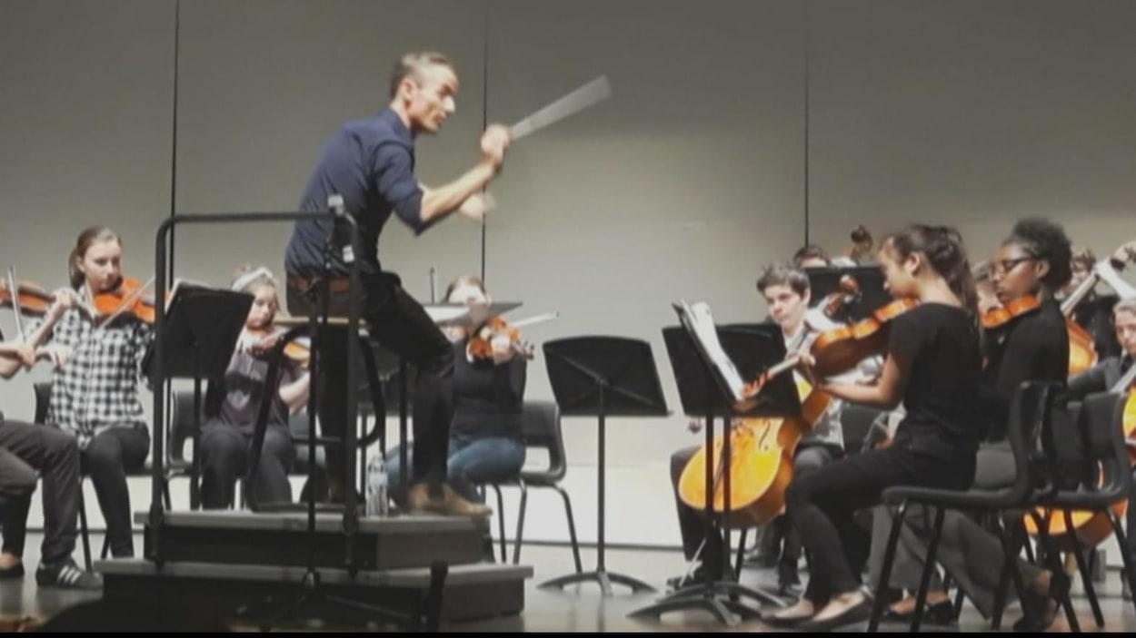 Des étudiants de l'orchestre à cordes de l'école Canterbury High School et de l'École secondaire publique De La Salle dirigés par Alaxander Shelly.