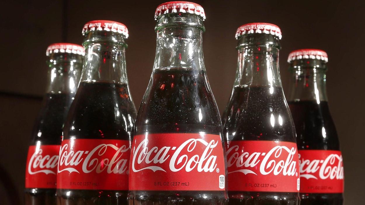 Cinq bouteilles de Coca-Cola