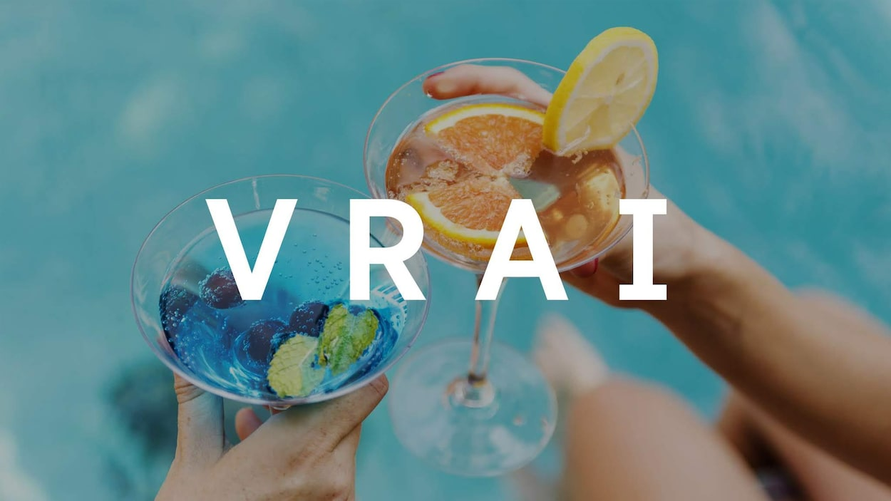 On voit deux mains qui tiennent chacune un cocktail sur le bord d'une piscine. Le mot « VRAI » apparaît sur la photo.